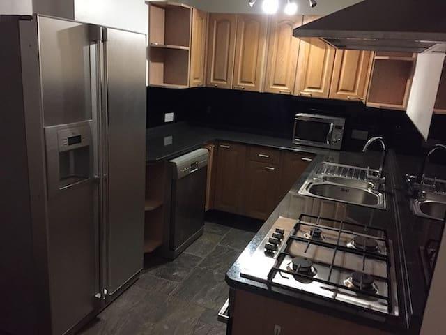 Luxury 2 Bedroom, Dining Lounge Kitchen w/Gas Hob - Brook - Lägenhet