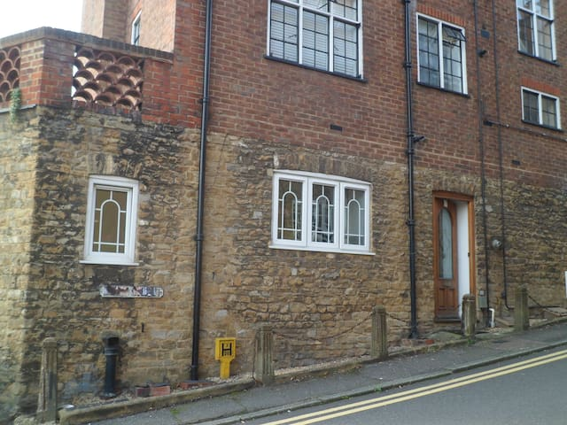 Bright, Spacious, Quiet One Bed Period Flat - Guildford - Daire