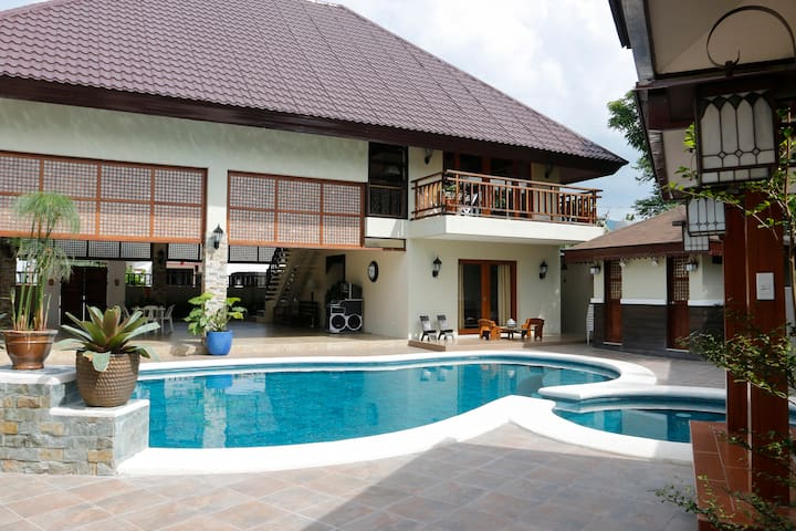 Balinese Villa with a stunning pool - Calamba - 별장/타운하우스