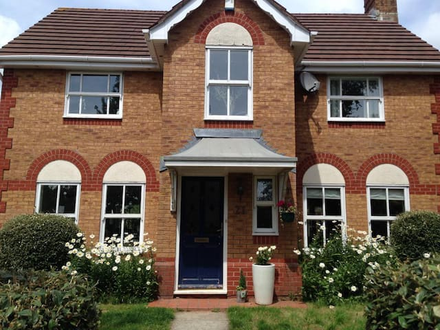 Double room in house near M4/A48J30 - CARDIFF