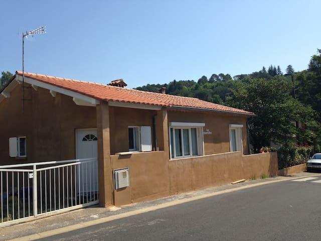 MAISON AVEC JARDIN VACANCES OU CURE - Lamalou-les-Bains - Hus