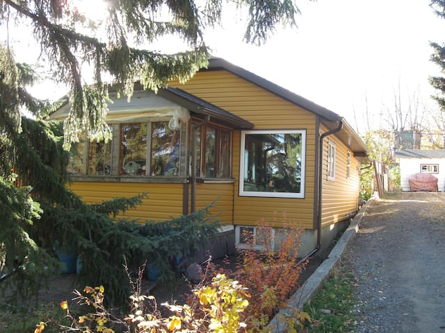 Clean, Pet friendly room in country home. - Turner Valley - Hus