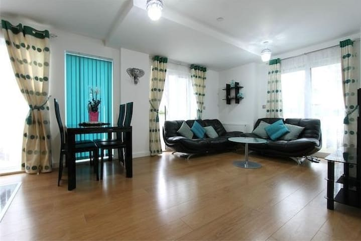 Two Bedroom Apartment with River views - Greater London - Apartment