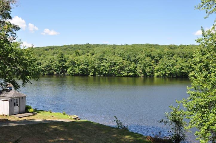 Cozy Cedar lake spring getaway with a view. - Sturbridge - Hus