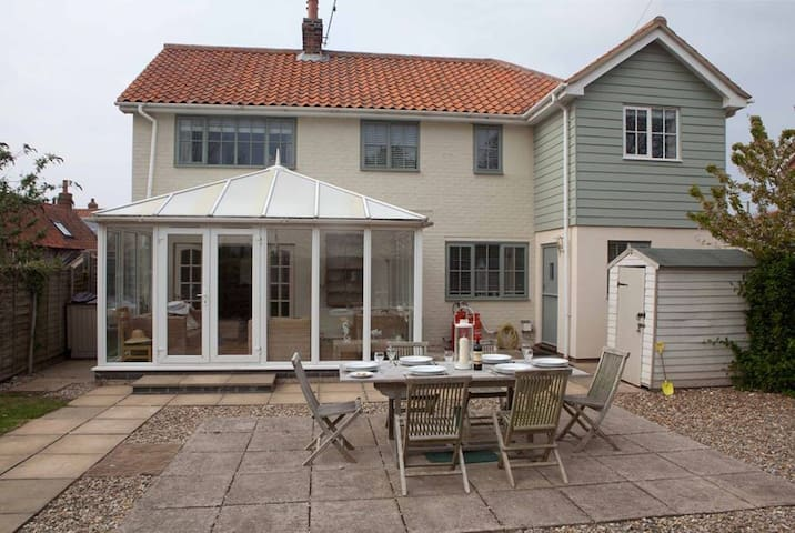Eastwood House with Pool by the sea - Kings Lynn