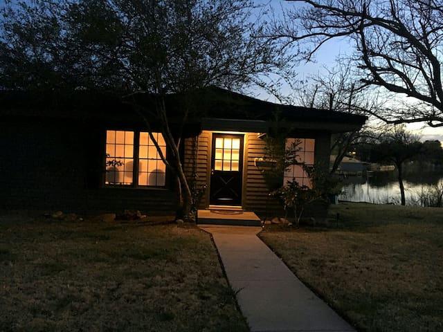 Lil' Art and Lake Haus--aka Flowers Cottage - Abilene
