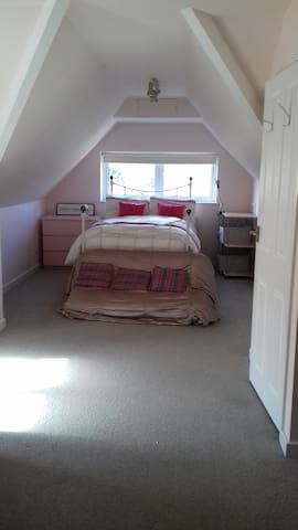 Lovely light room near stations and airports - Reigate - Hus