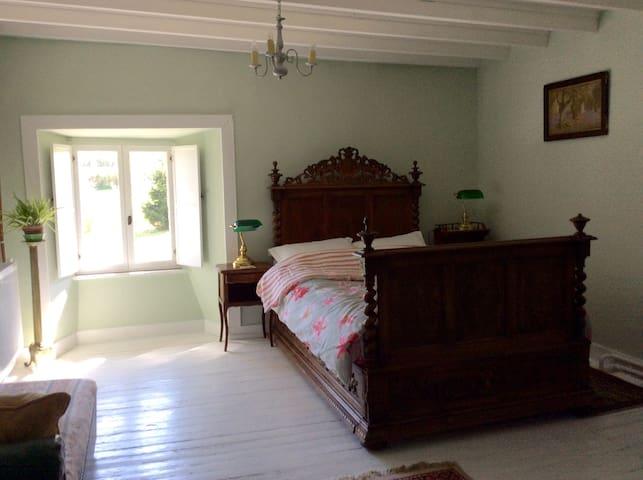 Beautiful room in farmhouse - Saint-Georges-Montcocq - Ev