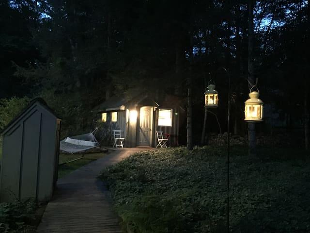 Woodstock Tiny House:  semi-rustic, heat, internet - Woodstock - Casa