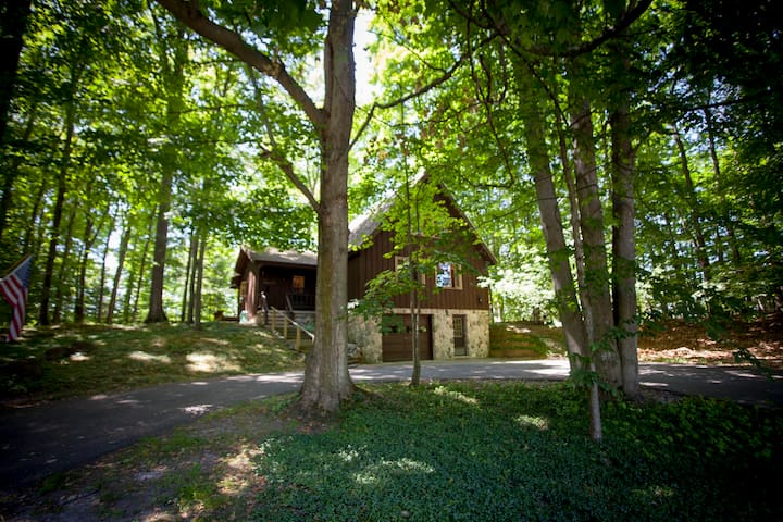 Treehouse Near Town & Torch Lake - Spacious & Cozy - Bellaire - Hus