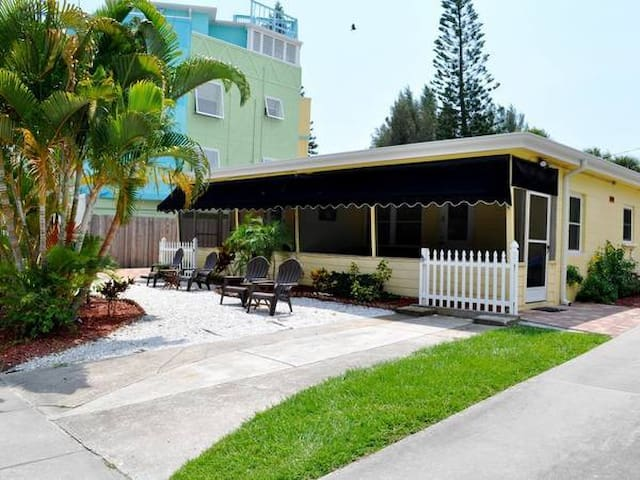 Newly Renovated 1Bedroom, Walk to the Beach - Siesta Key - Appartement