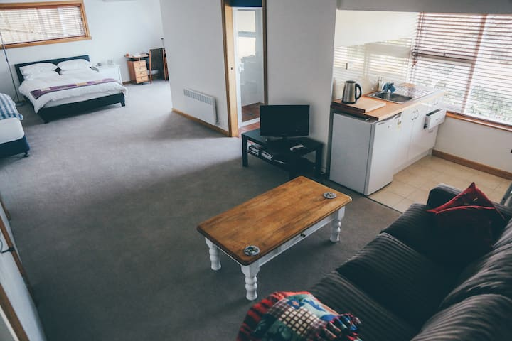 Sunny secluded studio with a view - West Launceston - Bed & Breakfast