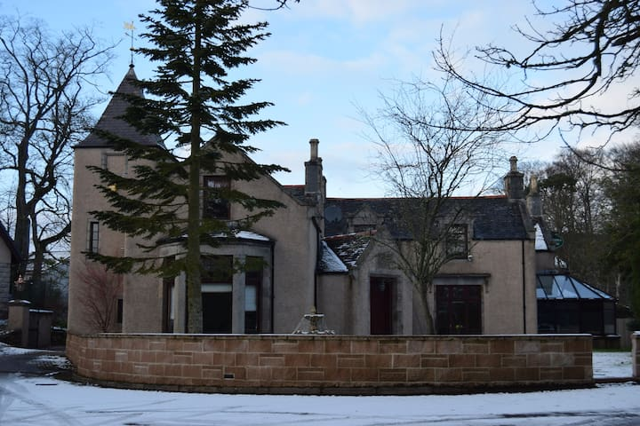 Grand 6 Bed Scottish Baronial House - Westhill - Huis