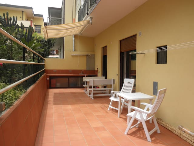 Lovely flat with stunning private courtyard - Brolo - Appartement