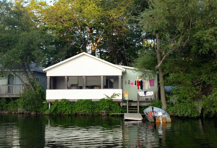 Lake Cottage,  Right on the Water! - Delton - Kabin