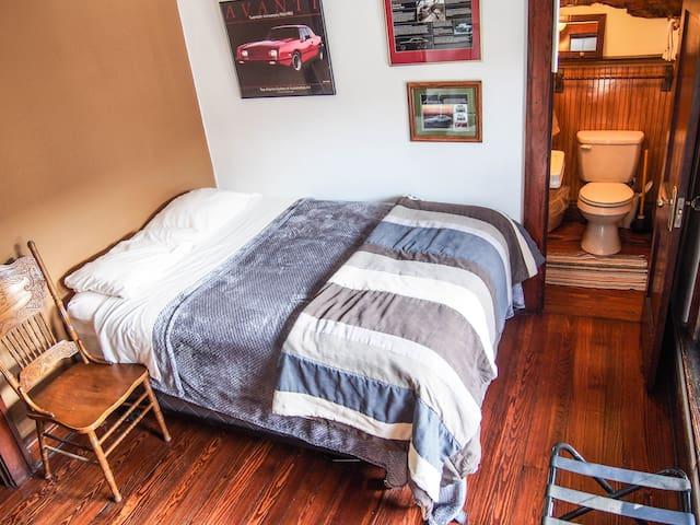 No fuss, clean & unique! Blake Room - South Bend