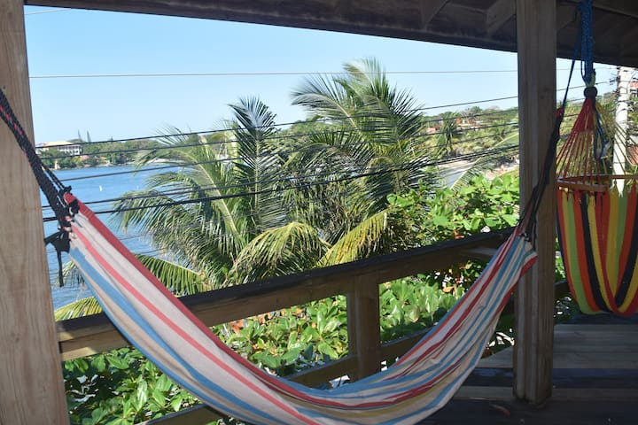 Beachfront in heart of West End - West End - Departamento