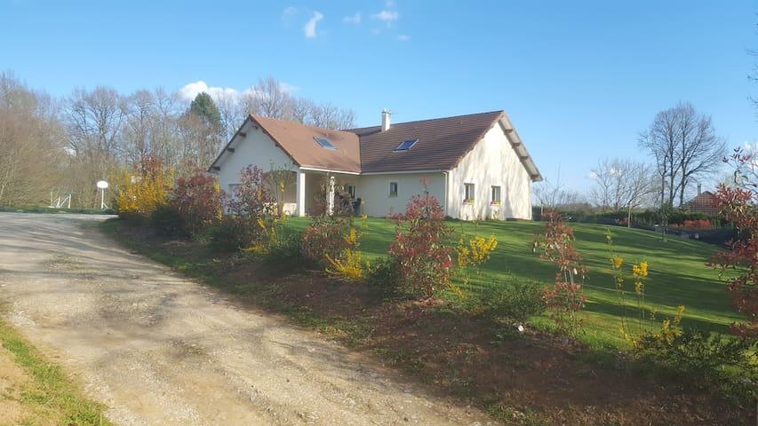 Maison paisible de campagne - Saint-Germain-les-Vergnes - Huis
