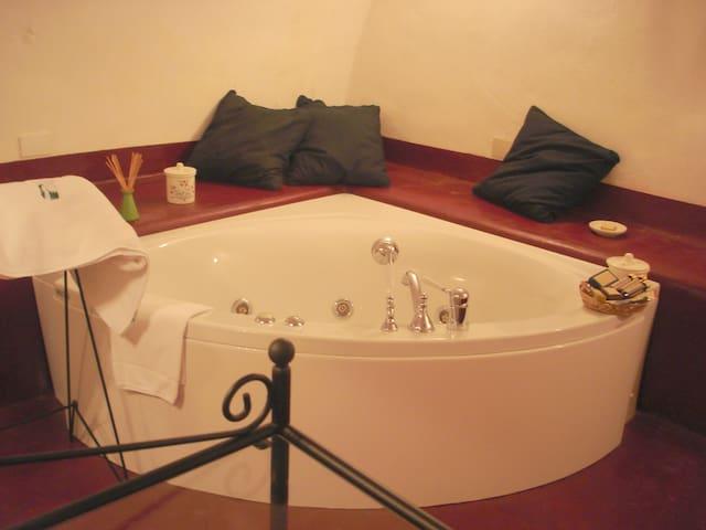 Double room with jacuzzi in wonderful B&B - Pool - Nola - B&B/民宿/ペンション