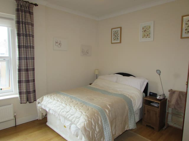 Spacious db bedroom beside the sea - Bexhill - Hus