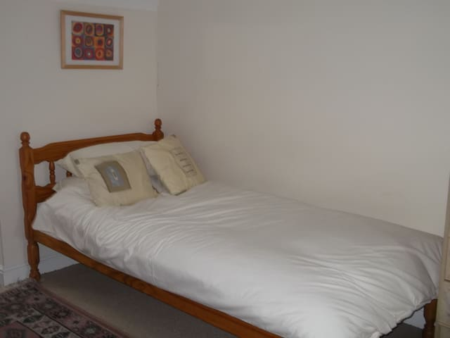 A large bedroom with ensuite shower - Kesgrave - Bed & Breakfast