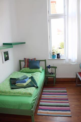 Sonniges Zimmer im  Altbau, fahrradfreundlich - Neustrelitz - Pousada