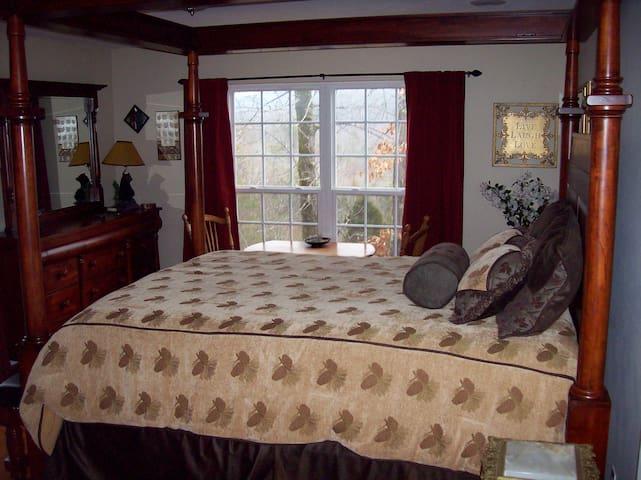 Treetop Room Sweet Berries B&B - Maryville - Bed & Breakfast