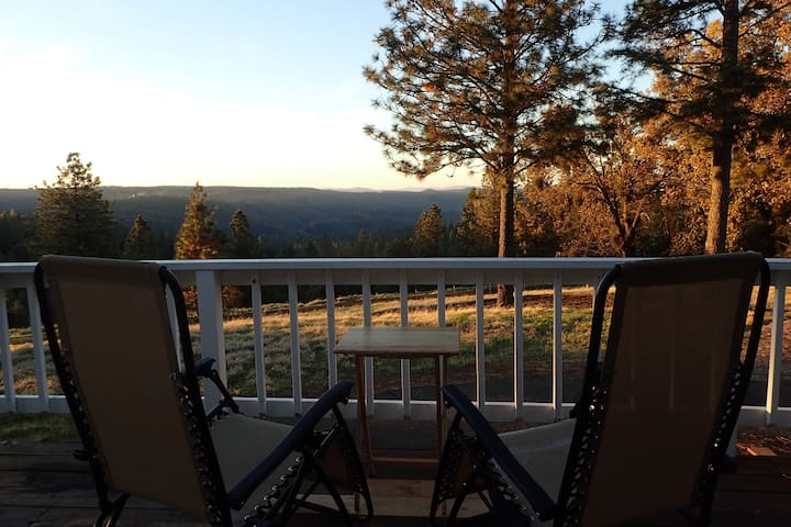 Stunning view at 39 acre Ranch, near lakes, hikes - 火山 - 獨棟