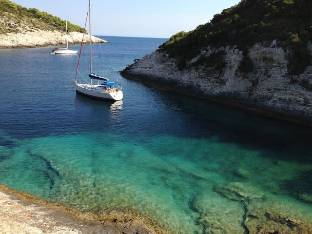 Explore the beautiful Adriatic - Vis - Barca
