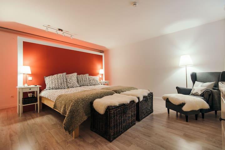 Stilvolles Zimmer mit Privatspähre eigenes kl. Bad - Landsberg am Lech - Bangalô