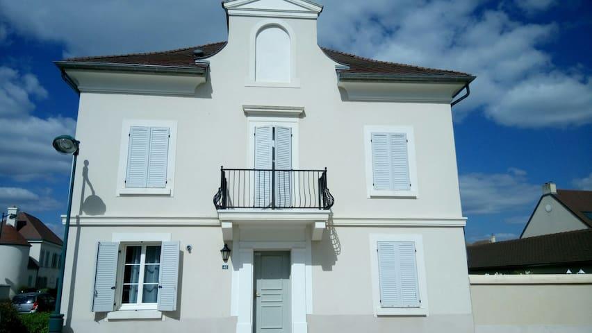 Grande maison près Disneyland Paris+Petit déjeuner - Bailly-Romainvilliers - Huis