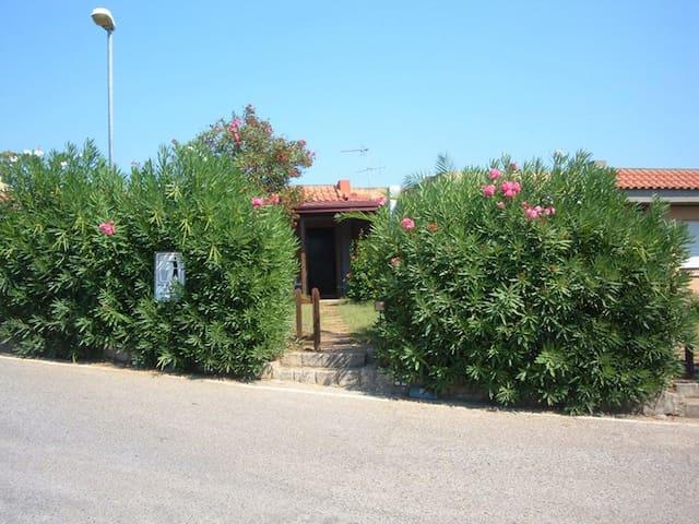 Villetta con giardino e porticato, panomica - Squillace Lido - Villa