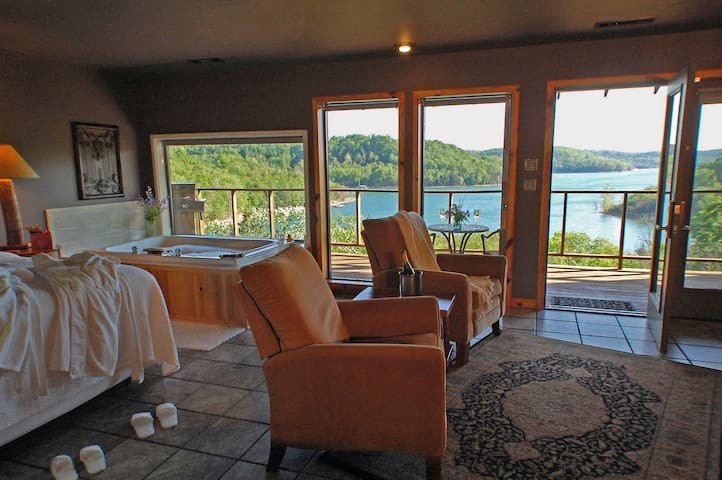 Private, Lake View Jacuzzi Suite - Eureka Springs