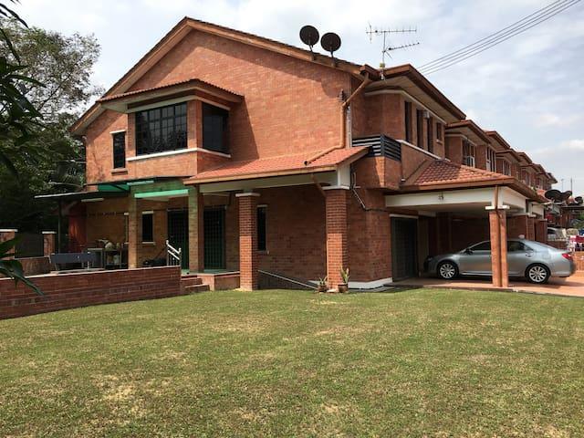 Bandar Sg Long BNW HomeStay - Kajang - Hus