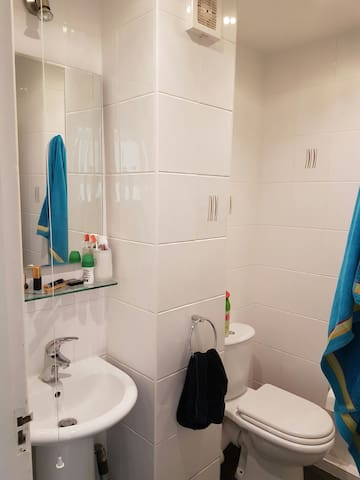 Private room with private shower/wc in London - Pinner - Hus