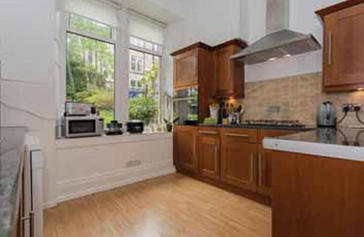 Beautifully spacious 2 bed room flat in quite area - Paisley