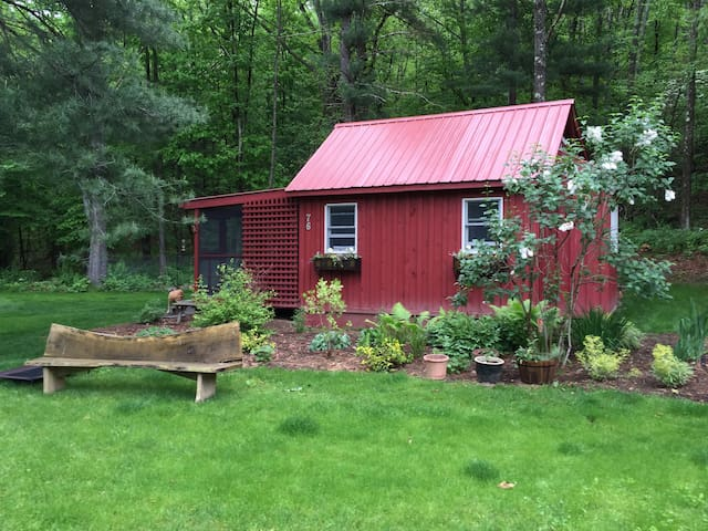 """Goose Landing Cottage by the lake with """"Hot Tub"""" - Red Hook"""