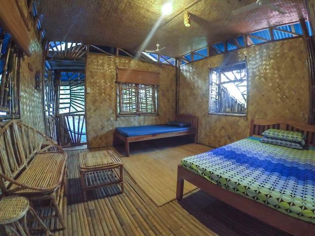 Cool Bamboo Room with Balcony - Puerto Princesa - Hus