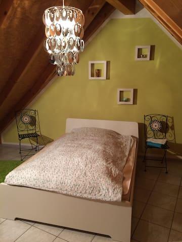 Gemütliches Gästezimmer unterm Dach - Trossingen - Apartament