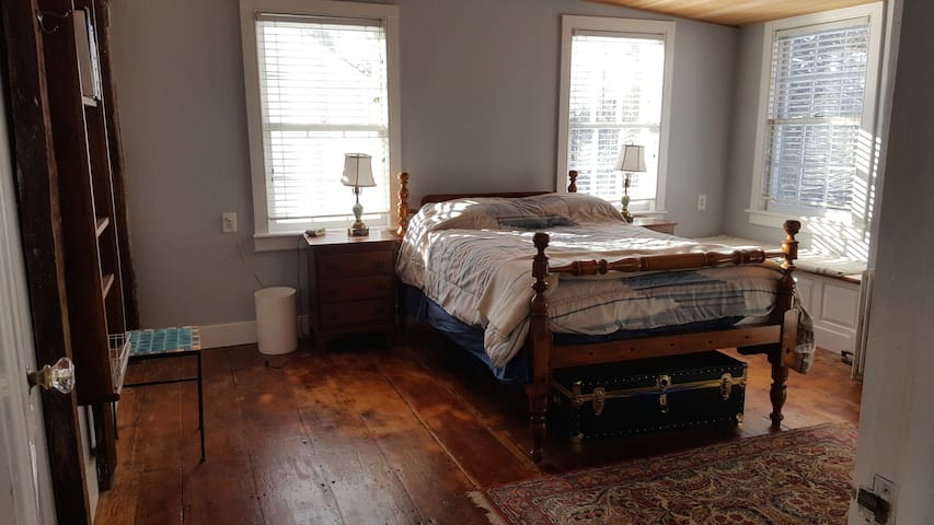 Charming private room in Sea Captain house - Norwalk