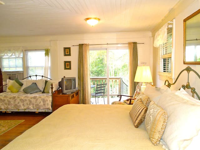 Guest Room at Oakland Cottage B&B - Asheville - Bed & Breakfast