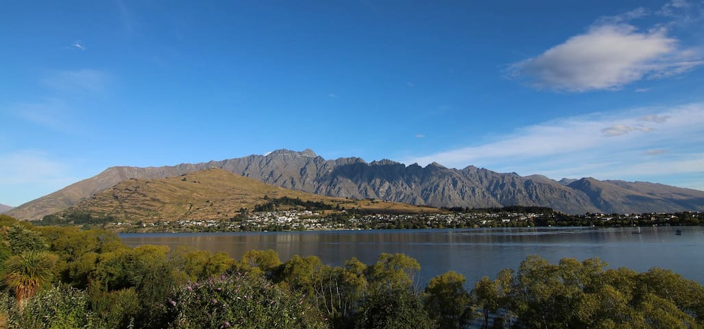 Single room by the lake, close to town - Queenstown