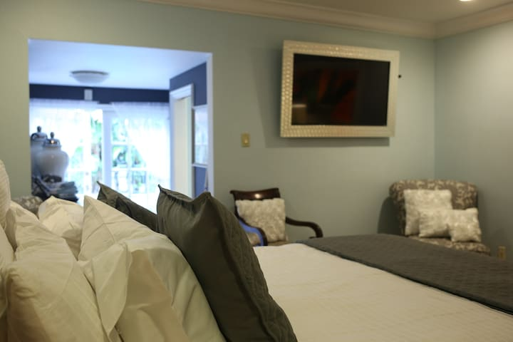Large suite w/ private entrance - Los Angeles - Bed & Breakfast