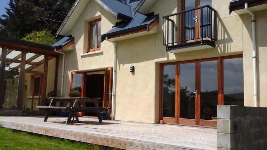 Straw Bale Eco-House with sea views - Waitati - Bed & Breakfast