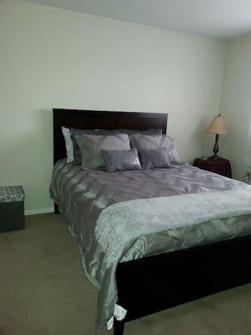 Inviting Comfortable Bedroom - Cincinnati - Appartement
