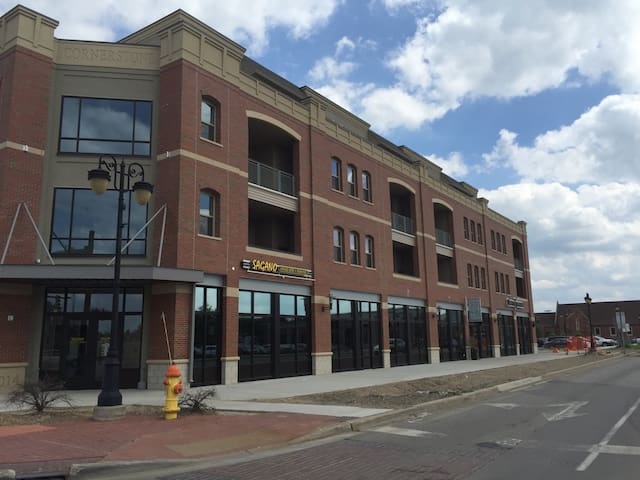 Downtown guest bed and own bath! - Fenton - Leilighet