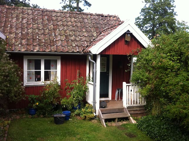 Mysig stuga mitt i Brösarp. - Brösarp - Blockhütte