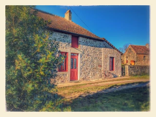 Maison de campagne au coeur d'un petit village - Antigny-la-ville - Hus