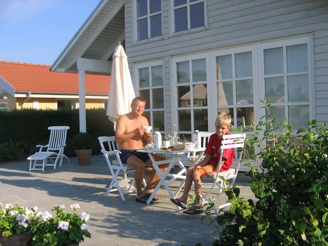 Flot hus, ugenert have og havudsigt - Kerteminde - Stuga