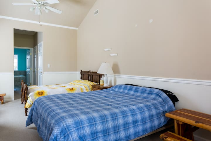 Massive master bedroom w/ young fam - Yorktown - Huis